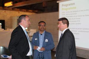 De Gmeindsamma vo Wettige, Dr. Markus Dieth (links) im Gspröch mit em Orun Palit und em glp-Präsident Martin Bäumle (rächts) (Foti:ZVG)